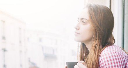 Jeste li se ikad pitali što uzrokuje suhu kožu bez sjaja? Možda zagađenje?